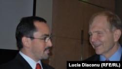 Preşedintele Camerei Americane de Comerţ John Maxemciuk (stânga) şi ambasadorul american William Moser