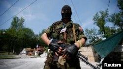 Вооруженный пророссийский повстанец в Донецке.