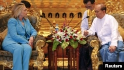 Президент Мьянмы Тейн Сейн (справа) на переговорах с госсекретарем США Хиллари Клинтон