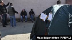 В Тбилиси четыре уволенных врача скорой помощи объявили голодовку, требуя снятия с должности директора Службы скорой помощи