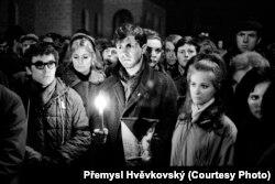 Участники траурных протестов в дни прощания с Яном Палахом