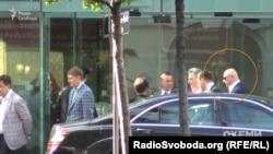 Дмитро Фірташ у супроводі депутата від «Опозиційного блоку» Івана Мирного
