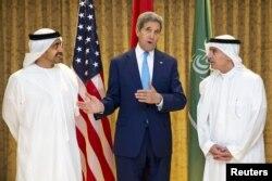 Держсекретар США (Ц) і голови МЗС Саудівської Аравії і Еміратів (Л-П)
