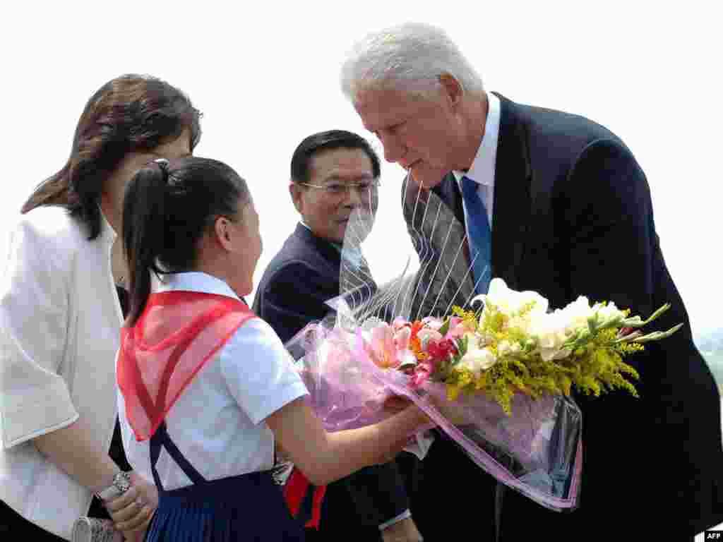 Бывший президент США Билл Клинтон прибыл в Северную Корею. По сообщениям СМИ, он проведет переговоры об освобождении двух американских журналисток, приговоренных к 12 годам заключения