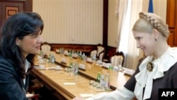 Ukrainian Prime Minister Yulia Tymoshenko (right) meets with IMF envoy Ceyla Pazarbasioglu in Kyiv on October 17.