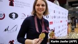 Ганна Музычук пасьля перамогі на чэмпіянаце сьвету ў 2016 годзе