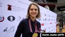 Ana Muzučuk slavi nakon osvajanja dvije zlatne medalje na Svjetskom šampionatu brzog i blic šaha u Dohi, 30. decembra 2016.