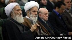 محمدعلی موحدی کرمانی، دبیر کل جامعه روحانیت مبارز، نفر اول از سمت چپ.