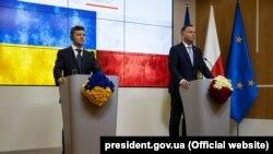 Президент Украины Владимир Зеленский (слева) и президент Польши Анджей Дуда во время совместного брифинга в Брюсселе, архивное фото