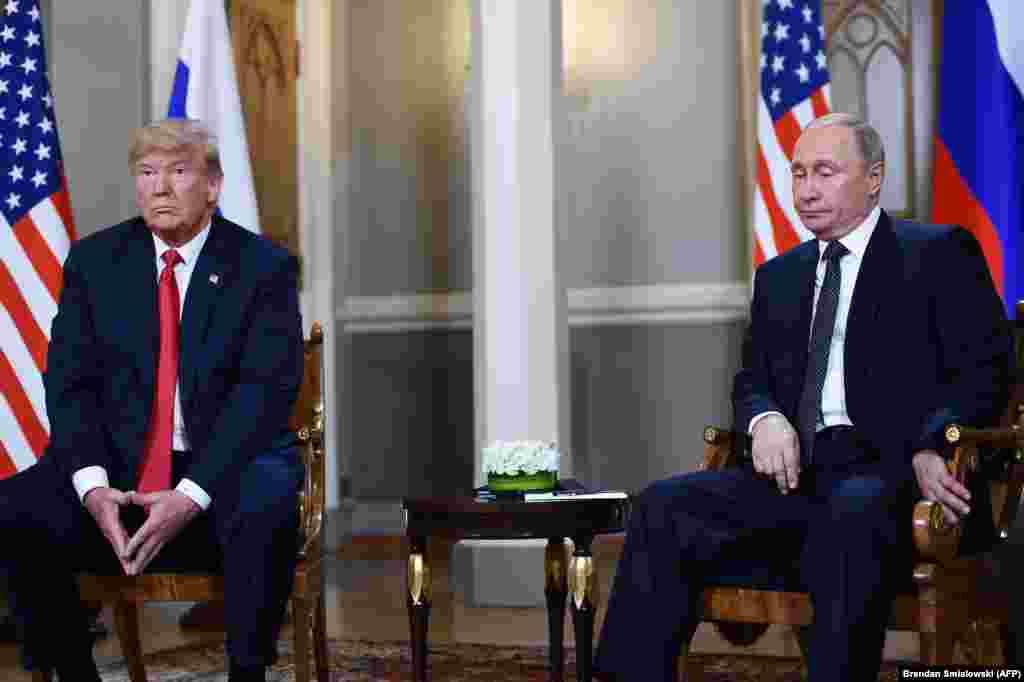 Donald Trump și Vladimir Putin. Helsinki, Finlanda,19 iulie 2018 Pentru această întâlnire nu a fost anunțată o agendă iar după discuții nu a fost transmis vreun comunicat de presă. Unele teme ale discuției au fost menționate la controversata conferință de presă comună de după summit. Trump a părut să accepte fără nicio problemă respingerea de către Rusia a acuzațiilor despre încercarea de influențare a alegerilor prezidențiale americane din 2016, contrazicând propriile servicii de informații. Atitudinea sa a produs revoltă în mediul politic american și a fost criticată inclusiv de unii dintre aliații săi. O zi mai târziu, Donald Trump și-a nuanțat o parte din declarații spunând că s-a exprimat greșit. După întâlnire, timp de mai multe zile, Rusia a transmis o serie de declarații despre ceea ce descria drept înțelegeri la care s-ar fi ajuns în timpul discuțiilor dintre cei doi președinți, fără vreo confirmare din partea americană.