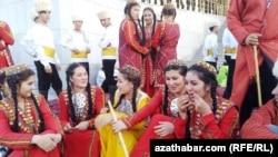 Türkmen gyzlary Bedew baýramçylgynda