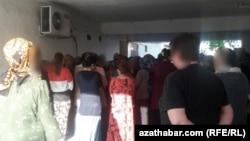 Очередь у продуктового магазина, Ашхабад, май, 2020. Очереди за продовольствием выстраиваются обычно во внутреннем дворе магазина, чтобы с проезжей части не было видно толпы.
