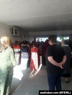Ашғабаттағы азық-түлік дүкенінде кезекте тұрған адамдар.
