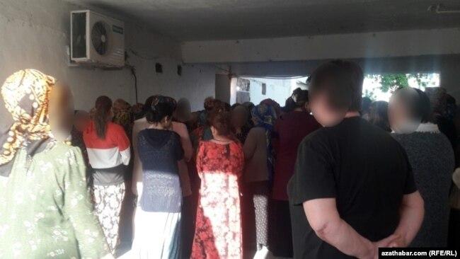 Очереди в государственные продуктовые магазины в Туркменистане выстраиваются со двора.
