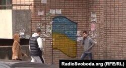 Намальований прапор України на житловому будинку у Луганську