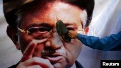 Первез Мушарраф оралған күні Пәкістанда қарсылық акциялары өтті. Сол акцияларға қатысушының бірі оның көшедегі суретіне аяқ киімін тигізіп тұр. Кветта қаласы, 24 наурыз 2013 жыл.