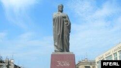 Памятник Низами в Сумгайыте