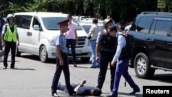 На месте задержания подозреваемого в нападениях в Алматы 18 июля.