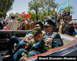 Участники акции «Бессмертный полк» в Алматы.