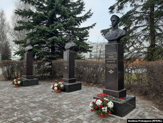 Памятники героям 6-й роты, установленные в Пскове к 20-й годовщине