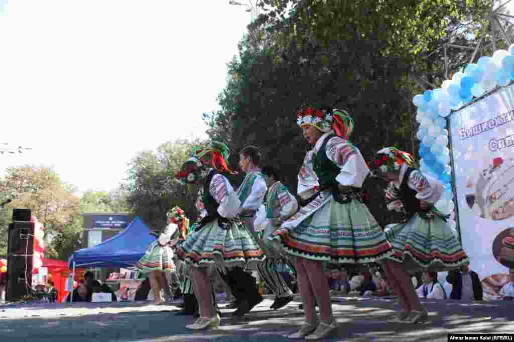 Фестиваль сопровождался яркими выступлениями танцевальных коллективов.