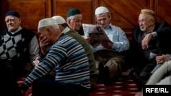 Кырымтатарлар Акмәчетнең Кебир мәчетендә җомга намазында (архив фотосы)