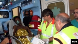 Спасенный в результате кораблекрушения у берегов Лампедузы пассажир в карете скорой помощи. Палермо, 3 октября 2013 года.