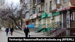 Ряди зачинених на час карантину магазинів у одному з районів Запоріжжя, 29 березня 2020 року