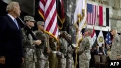 Вице-президент США Джозеф Байден (слева) на прощальной церемонии в Багдаде