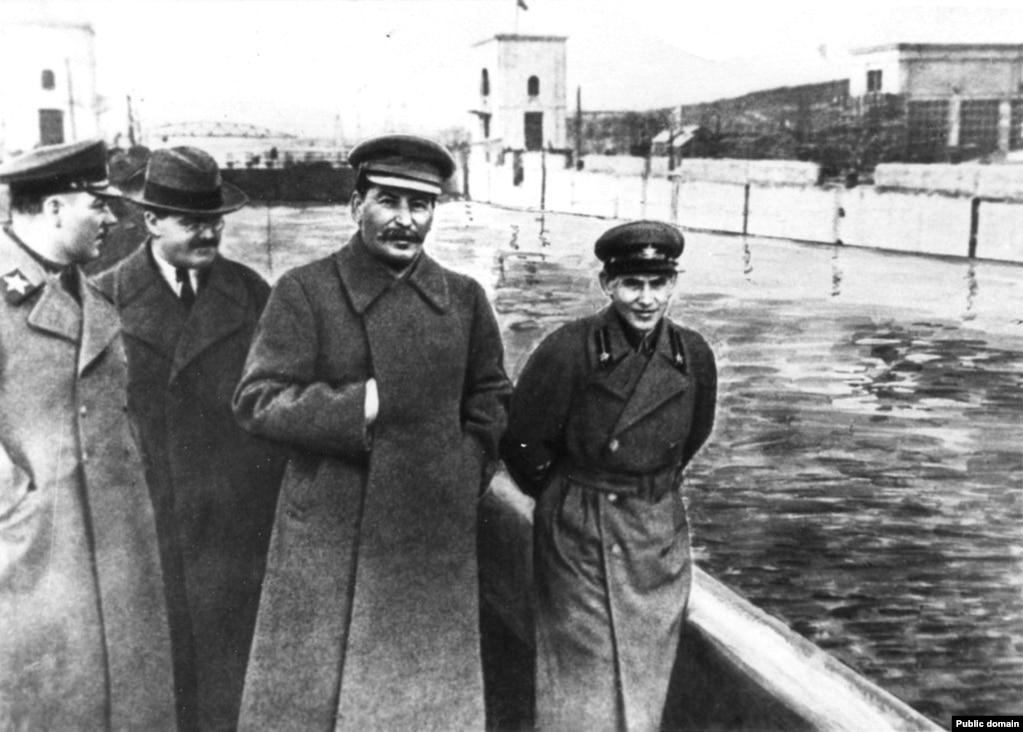 Як народны камісар унутраных справаў, Мікалай Яжоў (справа) кіраваў забойствамі больш чым паўмільёна савецкіх грамадзян ў 1930-я гады падчас «вялікіх чыстак».