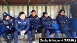 Dio ekipe Hajduka na klupi gleda utakmicu