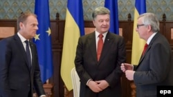 Президент Європейської ради Дональд Туск, президент України Петро Порошенко та президент Європейської комісії Жан-Клод Юнкер, 27 квітня 2015 року