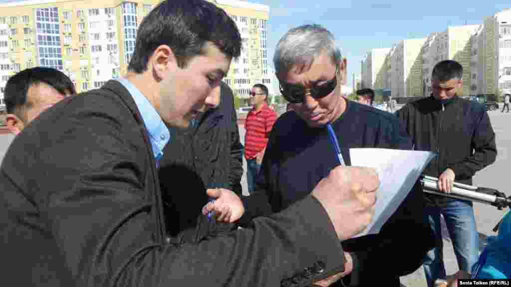 Участники митинга подписывают петицию против «продажи земли» иностранным гражданам.