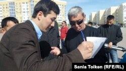 """Сбор подписей под обращением к властям на митинге """"против продажи земли"""" в Атырау. 24 апреля 2016 года."""
