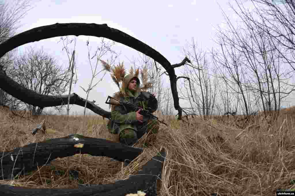 Боєць АТО під час спостереження за ворогом у «сірій зоні», Донецька область, березень 2016 року