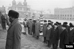 Роберт Мугабе, возлагающий венок к могиле Леонида Брежнева. 3 декабря 1985 года