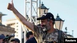 Депутат Национального собрания Армении и лидер оппозиции Никол Пашинян перед своими сторонниками на митинге столице Армении. Ереван, 2 мая 2018 года.