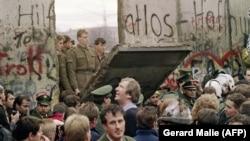 Утро 11 ноября 1989 года. Жители Западного Берлина собрались у стены, чтоб посмотреть, как пограничники ГДР начинают ее сносить.