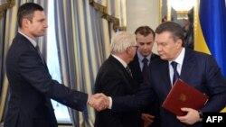 Оппозициянын лидерлеринин бири Виталий Кличко менен президент Виктор Янукович келишимге кол койгондон кийин, 21-февраль, 2014.
