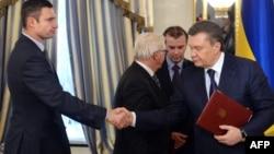 Клічко паціскае руку Віктару Януковічу