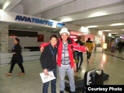 Шамурат с одним из иностранных туристов в аэропорту.
