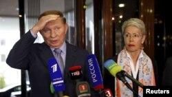 Представник України на переговорах Леонід Кучма (ліворуч) і посол ОБСЄ Гайді Тальявіні спілкуються з пресою, Мінськ, Білорусь, 6 травня 2015 року