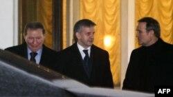 Леонид Кучма и Михаил Зурабов покидают резиденцию президента Белоруссии, 10 февраля 2015