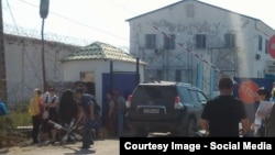 У здания следственной тюрьмы вблизи города Атырау. Архивное фото.