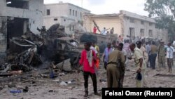 На месте взрыва у отеля в столице Сомали. Могадишо, 28 октября 2017 года.