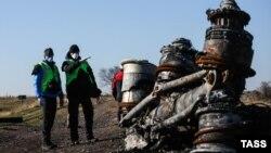 Нидерландтық тергеушілер әуеден құлаған малайзиялық Boeing 777 жолаушылар ұшағының бөлшегі жатқан жерде тұр. Донецк облысы, Украина, 6 қараша 2014 жыл.