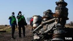 Голландские следователи изучают то, что осталось от лайнера, 6 ноября 2014 года