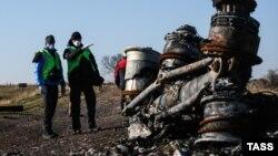 Hollandiyadan olan təhqiqatçılar təyyarənin qaldıqlarına baxırlar – 6 noyabr 2014.