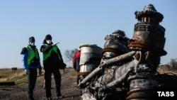 """Следователи из Нидерландов во время осмотра обломков малайзийского """"Боинга-777"""", разбившгося 17 июля в районе села Грабово"""