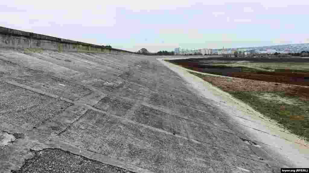 Водосховище настільки обміліло, що тепер видно величезні бетонні береги греблі